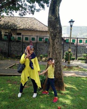 #ootd maksimal dengan outfit warna yang senada bareng si anak bujang #darelladhibrata ☺💕😍💋 #clozetteid #mommyblogger #motherhood #thejoyofparenting #myson #socialmediamom #momblogger #mylove