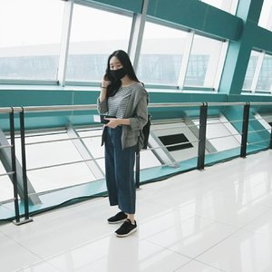 "Me trying to do the ""airport fashion"" thingy but ended up looking like walking zombies 😂 #TheSwaggieUnicorn•• #ootdmagazine @ootdmagazine #looksootd @looksmagazine #ootdindo @ootdindo #cgstreetstyle @cosmogirl_ind #ggrep #ggrepstyle @gogirlmagz #wearetothe9s @wearetothe9s #fashionpost #lookbookindonesia #ootd #fashioninfluencer #vlogger #beautyyoutuber #minimalism #clozetteid"