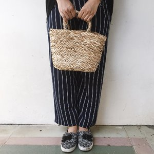"So in love with this kind of rattan bag. I think this one of the ""must have & it "" bag right now 😙 . .  #instadaily #livethelittlethings #abmhappylife #petitejoys #thatsdarling #darlingmovement #pursuepretty #thehappynow #theeverydayproject #flashesofdelight #lifestyleblogger  #lifestyleblog #thegirlgang #stylediaries #wiw #currentlywearing #ggrep #ootd #ootdid #fashionbloggerindonesia #ootdindonesia #whatiwear #whatiwore #ootdmagazine #outfit #clozetteid"