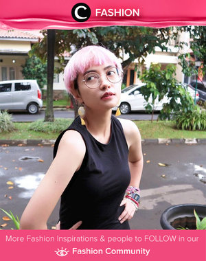 Star Clozetter Titaz selalu suka tampil unik dengan rambut pink dan aksesori yang berwarna-warni. Simak Fashion Update ala clozetters lainnya hari ini di Fashion Community. Image shared by Star Clozetter @titaztazty. Yuk, share outfit favorit kamu bersama Clozette.