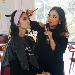 LA GIRL BEAUTY CLASS X REGINA YOSHIDA . Thank you for everyone who's attended the event! Yeay, really fun to share my makeup knowledge!  Love you guys and see ya in the next event!  Laavvvv, Regina ❤  @lagirlindonesia #lagirl #lagirlbeautyinfluencer #mua #muajakarta #makeupartist #beautyclass #makeupclass #makeupwithregina #clozetteid #bloggermafia