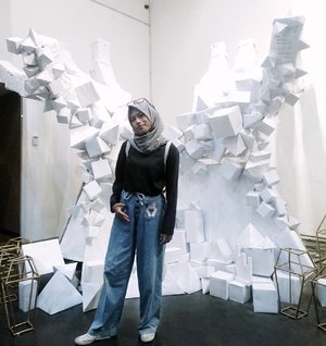 When every fashion article you read says 'good bye' to skinny jeans in the beginning of 2017.  Captured by a photographer of INTERVAL 2014 @wicaku  #1001ide #1001ide2017 #hijabootdindo #dailyhijabindo #ClozetteID #OOTD #Hijab