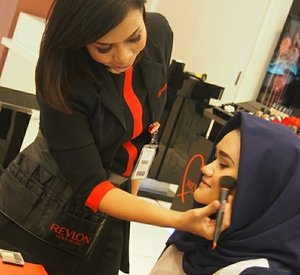 "So Yesterday i got an invitation ftom @revlonid to join a makeup class at Pacific Place. They treat me very well, with a complete explanation. Honestly they are so generous to gave me so much lesson. As i am a lesson freak, i wanna take lesson anywhere.  And the beauty advisor even said that i need no contouring since my cheekbone and jawline are so on point. I don't need an eyelid tape since i got it already. And it makes me, ""ohmigosh, Alhamdulillah. Kemana aja aku selama ini masih aja ngerasa insecure sama kecantikan aku sendiri, sampai lupa Allah udah kasih banyak banget inner dan outer beauty dalam manusia."" Hmmm bobody's perfect, meski sekarang tubuhku sintal, ga selangsing dulu. But there's always beauty side in every woman.  If you feel insecure saat ini juga coba kamu ngaca, dengan muka tanpa makeup, daster dan gaya minimal kamu masih terlihat cantik kan? 😉  #selfnote #beautyinfluencer #beautyblogger #beautyreviewer #beautician #fashionblogger"