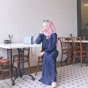 It's funny how you're nice to my face. It's hilarious how you talk something bad about me behind my back. And it's downright comical that you think I'm unaware 😜💙💗 •• Head to toe pleats on pleats from @vanillahijab @vanillaforclothing 💎 . . . . . . #OOTDayuindriati #ayuindriatiXvanilla #clozette #clozetteid #hijab #fashion #hijabfashion #pleats #ootd #vanillahijab #ayuindriati