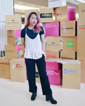 Earlier ago at @permatabank Fashion Fair. Masih jaman jadi shopaholic? Yuk belanja pintar dan jadi #Shopalogic. Fashion Fair will be hell from 2 - 5 Maret 2017 at Center Atrium Mal Taman Anggrek  Beberapa #Shopalogic promo: 1. Cashback voucher 100% utk PermataShoppingCard  2. Ratusan branded items dengan harga masing-masing Rp20.000 (seperti Michael Kors, Coach, Guess, Puma, Anna Sui, SKII, Victoria Secret dan banyak lainnya)  Info: www.BicaraUang.com/Shopalogic  #alfacart #permatabank  #SFF17