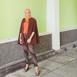 These @hadipranoto_batik pants matching with Teresa Cutout Cape from @berrybenkalabel @berrybenka ~cocok buat ngantor~..#batik #batikjogja #officelook #lookoftheday #lookbook #lookbookindonesia #ootd #hotd #hijaboftheday #hijabstyle #hijab #fashionhijab #fashionpost #fashion #stylista #vscostyle #vsco #clozetteid #clozetteco #clozetter #whatiwore #whatiweartoday #wiwt #instagram #instastyle #berrybenka #berrybenkalook #brown #warm #look