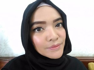My today make up is to try my new liquid liner from maybelline and trying a dewy look with highlight for a healthy glowing skin, yet my nose still look big 😂  Here they are my today makeup weapons 👇  @benefitindonesia the Porefessional Face Primer @revlonid Color stay foundation and concealer Natural Beige @bourjois_id Silk edition compact powder @sephoraidn  microsmooth baked sculpting trio, for my blush on and highlight @maybelline hyper matte liquid liner @sephoraidn outrageous curl volumizing mascara @thebrowgal pencil no. 01, for my brow, and highlighter pencil no.2 for my water highlight And a pink lips by @shiseidoid perfect rouge RD 142  #sephoraIDNBeautyInfluencer #ClozetteID #makeup #makeupjunkiee #beautyjunkiee #instamakeup #instadaily #highlights #thebrowgal #benefit #porefessional #dewylook #tips #bloggerlife #hijab