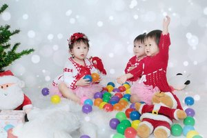 Christmas is comingggg 😍..Abadikan moment Christmas bersama orang yang kamu cintai 😘.. 📷 @pixelfotomagelang #ClozetteID #ChristmasPhotoShoot #ChristmasIsComing #CuteBabyGirls #FotoStudioMagelang #StudioFotoMagelang #Christmas2017 #ChristmasTree #ChristmasPhotography