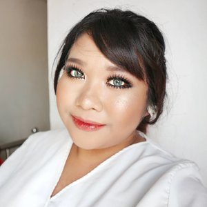 Here it is. The Bold Bridal look. To be very honest I'm not satisfied with how it turns out. But well, it's not bad either. Will try again in the future. . FACE @milanicosmetics 2 in 1 Concealer + Foundation Sand Beige mixed with Light Beige  @byscosmetics_id Highlighter Trio (matte shade to set the face & darkest shade to highlight my cheekbone) @milanicosmetics Baked Blus Rose d'Oro @wetnwildbeauty Boozy Brunch @pixycosmetics Highlight and Shading Duo . EYES @f2f.cosmetics Eyebrow Cream in Dark Brown @absolutenewyork_id Icon Palette shade Glitz, Truffle and LED + Eye Artiste Shadow in Dessert Bloom  @viva.cosmetics Eyeliner Matic in Black Unbranded Upper Lashes Bottom lash @silverswanlash no. 306 @catrice.cosmetics Glam & Doll Mascara Dreamcolor Matake Grey from @kawaigankyu . . LIPS  @eternallybeauty Odessa Matte Lipstick in Nude  @revlonid Moisture Stain New York Scene . . #absolutenewyork #iconpalette #makeuplook #beauty  #makeup #makeupaddict #makeupjunkie #🌹 #makeover #ClozetteID #beautyblogger #beauty  #indonesian #bblogger  #instamakeup #fallmakeup  #instabeauty #beautybloggerid #setterspace #beautybloggersurabaya #surabayabeautyblogger #byredhacs