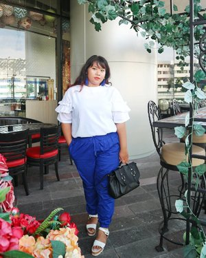 The perk of living in tropical country. You can wear pop of color all around the year. . . Electric blue jogger pants @fun.idshop Carisa Blouse @bodybigsize  Bag @melzbeautyshop . . #ootd #ootdbigsize #ootdbigsizeindo #fashion #cute #ootdplussize #ootdcurvy #ootdplussizeindo #ootdbigsizeindo #curvy #clozetteid #blogger #bblogger #beautyblogger #surabayabeautyblogger #sbybeautyblogger #curvygirl #plussize #bodypositive #celebratemysize #ootdindonesia #ootdindo #curvystyleideasid  #endorsement #endorsementid #endorsementindo #endorsersby #influencersurabaya #beautyhasnosize