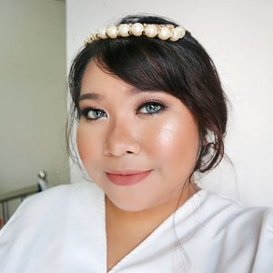 Holla~~ No I'm not getting engage or something. It's just me trying out bridal makeup. This one is the soft look. Like really simple one. And everything I use is drugstore!! . FACE @milanicosmetics 2 in 1 Concealer + Foundation Sand Beige mixed with Light Beige  @byscosmetics_id Highlighter Trio (matte shade to set the face & darkest shade to highlight my cheekbone) @milanicosmetics Baked Blus Rose d'Oro @wetnwildbeauty Boozy Brunch @pixycosmetics Highlight and Shading Duo . EYES @f2f.cosmetics Eyebrow Cream in Dark Brown @absolutenewyork_id Icon Palette shade Glitz and Truffle + Eye Artiste Shadow in Dessert Bloom @viva.cosmetics Eyeliner Matic in Black Unbranded Lashes @catrice.cosmetics Glam & Doll Mascara Dreamcolor Matake Grey from @kawaigankyu . LIPS  @eternallybeauty Odessa Matte Lipstick in Nude . #absolutenewyork #iconpalette #makeuplook #beauty  #makeup #makeupaddict #makeupjunkie #🌹 #makeover #ClozetteID #beautyblogger #beauty  #indonesian #bblogger  #instamakeup #fallmakeup  #instabeauty #beautybloggerid #setterspace #beautybloggersurabaya #surabayabeautyblogger #byredhacs