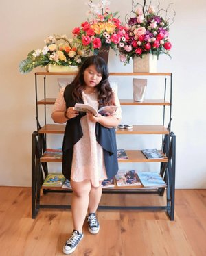 Ketika gamau mikir pose apa, ambil buku terdekat dan pura pura baca. 😂 . . And also when you're too lazy to dress prettily, grab your mini sack dress, outer and converse on. Voila~~ simple but presentable lmao #ootd #ootdbigsize #ootdbigsizeindo #fashion #cute #ootdplussize #ootdcurvy #ootdplussizeindo #ootdbigsizeindo #curvy #clozetteid #blogger #bblogger #beautyblogger #surabayabeautyblogger #sbybeautyblogger #curvygirl #plussize #bodypositive #celebratemysize #ootdindonesia #ootdindo #curvystyleideasid #summer  #celebratemysize #beautyhasnosize