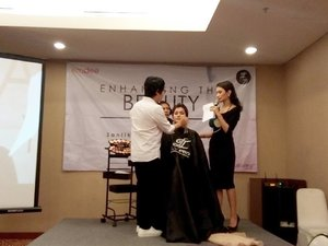 Now attending @emdeeclinic and @ltpro_official Enchanching The Beauty in You Beauty Class with @eddyrizaldy  #beautyclass #clozetteid #emdeeclinic  #surabayabeautyblogger #sbybeautyblogger #eventsurabaya