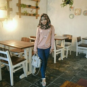 sweater+jeans🍒 #ootd #hijab #hijabootd #casual #lookbook #jeans #sweater #floral