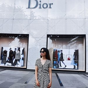 In case you haven't read it, new post is up on my blog! 😛✌🏻 Orchard Dots ⚽️⚽️ kindly click the link on my bio 😎🌹 Dress by Dya Fashion Boutique and sunglasses from @pomelofashion 🙏🏻✨ • • • • • • • • 📸 : @iraanursyadha • #bloglovin #exploresingapore #exploresg #singaporelife #adayinsingapore #visitsingapore #styleblogger #bloggerlife #bloggerbabes #bloglovinfashion #dior #orchard #orchardroad #clozetter #clozetteid #trypomelo #pomelo #ggrepstyle #ggrep #cgstreetstyle