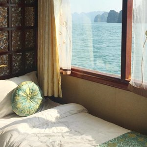 Lyfe on deck ⛴ is it just me who wants to wake up every morning to this view ? 😌🌊 #halongbaycruise #mellatravelogue #mellainvietnam #clozetteid