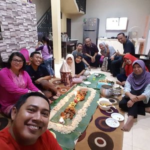 Ngeliwet reramean geng meletek Met mamam... Met buka puasa... 😘😘😘😘 . . . . . #friendship #friends #familyfriend #family #gengmeletek #enjoytheday #enjoylife #travelerblogger #womanlifestyle #womantraveler #ritystory  #travelerlife #mytravelgram #instatravel  #instaphotoshoot #womanentrepreneur #photooftheday #picsoftheday #travelgram #clozetteid #myadventure #wanitatangguh #wanitapekerjakeras
