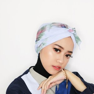 We got that Friday feeling' 👯 Turban: @winonamodest . Deets @revlonid Colorstay Foundation @sephoraidn Baked Sculpting Contour Trio @elfcosmetics Baked Highlighter Blush Gems @rimmellondonuk Stay Matte Powder Transparent @stilacosmetics Smudge Pot Brown @flormarindonesia Pink Desserts @mizzucosmetics Eyeliner Gel Sparkling Gold @wardahbeauty Hi Black Liner @purbasari_indonesia Matte Lipstick 90 @x2softlens Chic Brown . . . . #clozetteid #ootd #beauty #indobeautygram #beautyblogger #beautynesiamember #dailymakeup #blogger #indonesianbeautyblogger #indonesianfemaleblogger #bloggerperempuan #아름다움 #구성하다 #charisceleb #potd #turban #hijabblogger #hijabfashion