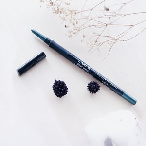Lakme — Absolute reinvent precision eye artist liner 😍 . A Kajal eyeliner which is really efficient, with good formula and offering you a long lasting color 👌🏻 . I give this eyeliner rate 4.5/5 because : Buttery texture of eyeliner Intense color with shimmer Waterproof Easy to applied Affordable price . Wanna to try? This eyeliner available in 4 color choices 🌻 . . . #clozetteid  #potd  #flatlay  #lakme #lakmecosmetics  #eyeliner  #review  #blogger  #bloggerindo  #뷰티블로거 #대한민국 #서울 #제주 #유행 #라이프스타일 #구성하다