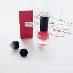 Hugo Boss — Mini nail polish 😍 . I never imagine before, if this is the only color of Hugo Boss nail polish 😨 Well, I'm not a big fans of nail polish or nail art, because I can't applied the nail polish by myself 😢 . Then, I tried this nail polish and WOW ! The texture a little bit liquid, but have a good pigmentation. So, you just swatch once to get perfect nail color on your finger 😍 . Moreover, this nail polish has a glossy effect and quick to dry. It's very suitable for the beginner. The color super pretty, mixing red and orange 👏🏻 . To get the perfect nail color, use the prep nail polish, swatch it twice and end with gel clear nail polish 🌻 [SWIPE FOR DETAIL] . . . #clozetteid  #potd  #flatlay  #hugoboss  #nails  #nailpolish  #nailart  #review  #blogger  #bloggerindo  #뷰티블로거 #대한민국 #서울 #제주 #유행 #라이프스타일 #구성하다
