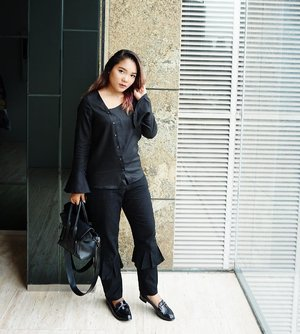 Good morning.. Happy weekend 🖤 .  Top and pants : @berrybenka Shoes : @id_theexecutive  Bag : @zaloraid . . . .  #outfitoftheday #outfitideas #blackoutfit #ootd #vsco #overallblack #blackfashion #blackwoman #fashionblogger #fashionstyle #fashiongram #fashiondaily #fashionideas #clozetteid #lookbookindonesia #ootdindo #meandberrybenka #berrybenkalook