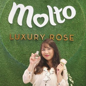 This perfume are made by 7 different rose graft into one to make a special rose only for this @moltoindonesia parfume 🌹  I'm not a perfume hoarder but I love roses 💖💖 And I'm in love with this parfume!! The scent are sweet and elegant  You can get this only at @sephoraidn 😚💕 #RoseforaLady . . . #beautyblogger #fashionpeople #fblogger #blogger#패션모델 #블로거 #스트리트스타일 #스트리트패션 #스트릿패션 #스트릿룩 #스트릿스타일 #패션블로거#bestoftoday #style #makeupjunkie #l4l #ggrep#smile #makeup #bblogger #BeautyChannelID#hudabeauty #japankorea#bloggerceriaid#beautybloggerindonesia#sociollabloggernetwork #clozetteid