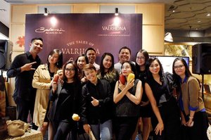 "Cast from ""The Tales of Valrhona Schokolade"".#wheninbakerzin #bakerzin #bakerzinjkt #bogagroup #bakerzinxvalrhona #thetalesofvalrhonaschocolade #valrhona #chef #cheflife #bogamarketing #partner #operationalteam #officemate #eatwithhappy #eatwell #workwithhappy #eatwithhappy #playwithhappy #playwithstyle #neverstopplaying #dearbeautylove #clozetteid #changedestiny #daretobedifferent #borntolead #ajourneytowonderland #like4like #november #2017"