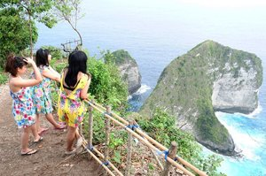 🔭 target : Kapten Yoo . #wheninbali #pesonabali #pesonaindonesia #nusapenida #pantaikelingking #holiday #vacation #playwithhappy #friends #travelmate #ootd #ajourneytowonderland #changedestiny #dearbeautylove #clozetteid #july #2017