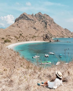 SAY YES FOR PADAR ISLAND? 🙋🏻‍♀️ zuper hot but zuper excited to hike almost an hour for this view. 💕.sayangnya belum kesampaian ke Padar pas lagi menghijau, biasanya bulan berapa sih? 🤔.#TripofWonders#ExploreFlores#TamanNasionalKomodo#PulauPadar#NusaTenggaraTimur#PesonaFlores#PesonaIndonesia#WonderfulIndonesia#TravelinStyle#Fujifilm_ID#ClozetteID
