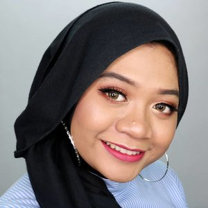 "Makeup ""Kalem dan Bersahaja"" ala aku 😆Buat yang nanyain apa aja produk yang aku pakai di makeup look ini,.Makeup Deets:🔽Face@pac_mt Studio Coverage Ultra HD Hydrating Primer, Liquid Foundation 03, Loose Powder 02@zoyacosmetics Blush On Coral@sleekmakeup Face Contour Kit Medium🔽Eyes@beautycreations.cosmetics @beautycreations.indonesia Tease Me Palette@gabycosmee Eyeliner@f2f.cosmetics Perfect Creamy Eyebrow Dark Brown@maybelline Magnum Barbie Mascara@shop.slv Luna🔽Lips@f2f.cosmetics XOXO Lipstick Matte 06 Fuchsia Berries__#fotd #motd #makeup #beauty #hijab #hijaber #hijabstyle #hijabstyleindonesia #hijablicious #makeupinspiration #makeuplook #makeupinspo #bblogger #instabeauty #hijabfotografi #beautygram #hijabootdindo #hijabfotd #hijabersurabaya #mua #beautyinfluencer #surabayabeautyinfluencer #sbybeautyblogger #beautyvlogger #beautybloggerid #gadzotica #clozetter #clozetteid"