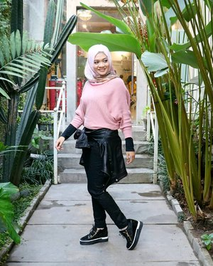 Who says people with edgy style can't wear pink? 💕...#ootd #gadzoticastyle  #edgystyle #edgyfashion #candid #fashion #hijab #ootdindonesia #hijaberindo #hijabersurabaya #candid #photography #hijabootd #hijabootdindo #hijabootdindonesia #hijabstyle  #훈녀 #옷스타그램 #패션 #데일리룩 #hijabinfluencer @lookbookindonesia #lookbookindonesia #bbloggerid  #beautybloggerid #influencer #beautyinfluencer #photography #clozetter #clozetteid