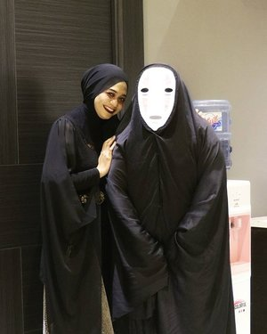 Plan : Bite her neck Fact : We can't help to laugh and did weird pose 😂 - CAST -Vampire : Me 👯Kaonashi (No Face - Spirited Away) : @redhacs__#ootd #wefie #halloween #halloweencostume #vampire #kaonashi #love #pictureoftheday #picoftheday #clozetteid