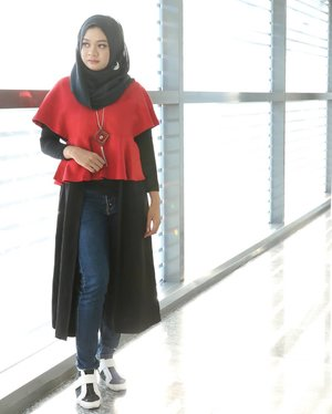 "My #casualoutfit for @divabeautyid #DivaBeautyFest  event yesterday. I mixed the red crop top with inner and long black cardigan inside to make it ""hijab friendly"". I also wear denim and sneakers to accentuate the casual style..📷 @vannysariz She is the best one who knows how to shoot my most hated left angles beautifully so far __#ootd #gadzoticastyle #lookbook #lookbookindonesia #fashion #fashioninfluencer #hijabersurabaya #candid #hijabootd #hijabootdindo #hijabootdindonesia #hijabstyle #hijabstyleindonesia #inspirasihijab #hijabinfluencer #fotd #bblogger #bbloggerid #fashionblogger #beautybloggerid #influencer #beautyinfluencer #photography #clozetter #clozetteid"