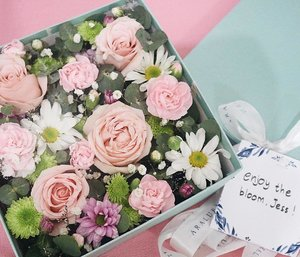 """"""" Flowers don't worry about how they're going to bloom. They just open up and turn toward the light and that makes them beautiful."""" – Jim Carrey 🌸 Flower Box by @araluenflowers 🌸 . . #flowerbox #flowerstagram #floristjkt #flower #clozetteid #starclozetter #lifestyleblogger #styleblogger #endorsement"""