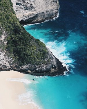 Last but not least, another heaven on earth 😭😭💙 . . 📍Pulau Kelingking, Nusa Penida . . #clozetteid #LYKEambassador #holidays #beach #explorebali #balibible #nusapenida #brokenbeach #beach #instagood #lovelife #blogger #pantai #baliholiday #baliadvisor #balibeach #balinesia #ggrep #ggrepstyle #infiatravel #thebaliguru #throwback