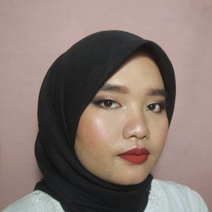 Kartini Inspired Makeup Look 💖 Kolaborasi bareng @bloggerceriaid 🎉🎉. . Sebenarnya agak bingung mau makeup kayak apa. Soalnya kan fotonya bu Kartini aja gak pake makeup. Karena Kartini identik dengan emansipasi wanita, dan emansipasi wanita identik dengan wanita yang independen, berani, cerdas, dan kreatif. Makanya, gue memilih look yang bold dengan gincu merah, eye makeup yang glam tapi gak berlebihan. . Details: [FACE] Sephora 10hr Perfection Foundation shade 25 medium beige (n) The Saem Perfection Tip Concealer 2.0 Catrice Prime&Fine Mattifying Waterproof Transparent Powder Catrice Prime&Fine Professional Contour Palette Catrice Sun Glow Bronzing Powder shade Darker Skin Emina Pressed Blush shade Sugarace Emina Pop Rouge Pressed Eyeshadow shade Gelato (paling terangnya buat highlighter). . [EYES] Etude House Drawing Eyebrow shade Dark Brown Sleek i-Devine Eyeshadow Palette - Vintage Romance Wardah EyeXpert Eyeliner Gel Maybelline Hypercurl Mascara Lavie Lash - Fleur . [LIPS] Wardah Exclusive Matte Lip Cream shade Hello Ruby  Cek #BloggerCeriaMakeupCollaboration buat liat kreasi makeup teman-teman Blogger Ceria lainnya yaa😉  #clozetteid #bloggerceria #bloggerceriacollaboration #bloggerceriaOOTDcollaboration #kartini #kartinimakeup #kartiniday #kartiniinspiredmakeup #makeuplook #motd #makeupoftheday #eotd #makeupbyutiazka