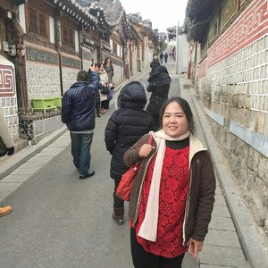 Earlier today, visiting the Bukchon Hanok Village. This is one of the old Korean villages. Here, you can find the Korean Traditional house.  The government has been maintaining it to preserve the traditional cultures of Korea.  These houses are not empty. It is literary an active suburb. People live in this area. Nevertheless, since many tourists interested with their houses, they welcome us to go around and take pictures outside. But they appreciate us to keep our voice down, and keep it peaceful. It is especially because there are many old folks live there. . #blossomshine #trip #travelling #instaholiday #instabeauty #simplemakeup #winterinkorea #beauty #beautybloggerindonesia #beautiesquad #korea #southkorea #kbbvmember #clozetteid #seoul #bukchonhanokvillage #koreanvillage #instatravel #koreanescape #holidayescape #jetsetter