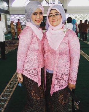 Bersama adek ipar yang kupanggil mbak☺️ Jadi,  dari keluarga suami,  aku punya dua adek ipar.  Dari keluargaku,  aku punya dua adek ipar dan satu kakak ipar.  Turut berbahagia dan mendoakan SaMaWa yaaaa @dafitriyanti dan Ardan.  Tumbuhlah menjadi dua pribadi yang saling melebur dan fleksibel.  #wedding #akadnikah #makeup #kebaya #brokat #ootd #hijab #ClozetteID #clozzetootd