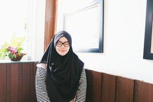 Beberapa bulan terakhir ini, kalo saya posting foto ootd di instagram pasti kebanyakan pakai hijab instan.  Nah.. di antara sekian banyak model hijab instan, aku paling favorit sama model yg seperti ini karena sekilas seperti pakai pashmina. Bisa dibilang jadi makin jarang banget pakai jilbab segiempat, apalagi pakai pashmina.  Tips pakai hijab instan, walaupun sebenernya ga perlu pakai peniti tapi biar ga polos-polos banget kamu bisa pakai asesoris bros mini seperti ini.  Hijab scarf by @imara_aleema  #ClozetteID #hijabtips