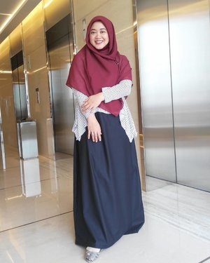 "Waktu foto #ootd session sama Mba Nurul pernah ke-gep sama salah satu GM di kantor, hahaha. Lalu dia tanya, ""What's so special about your outfit today that makes you taking pictures?"" I said there's nothing special about my outfit, but I ALWAYS feel special. *minta disiram es kopi susu"" 😆😆😆.Ya minimal feeling special untuk diri sendiri dulu deh yaaaa. Yes aku special, special pake telor, eh apa special bulat kayak telor, hahahaha. 😂😂 .Anyway aku pakai gamis dari @thehijrahstory lhoooo. Special deh pokoknya. Super 💕. Barakallahu buat #thehijrahstory ya sayangkuuuuu.. 😘.#Clozetteid #clozettedaily #clozettehijab #starclozetter #fossilstyle #ootd #hotd #wiwt #hijabootdindo #diaryhijaber #workingmom #socialmediamom #fashionpeople #casualhijab #dresssyari #hijabsyari #hijabstyle #instahijab #hijabfashion #hijablook #hijablookbook #fashionstyle #mommyblogger #lifestyleblogger #instahijab #modestfashion #hijaboftheworld"