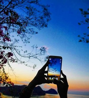 #BestofIndonesia Captureception, photoception. Breathtaking Labuan Bajo sunset-twilight 🌇 view 😍 😍 😍 #pesonaIndonesia #saptanusantara  #sunset #twilight #view #LabuanBajo #Flores #NTT #Indonesia #wonderfulIndonesia #Travel #traveling #traveler #traveller #travelling #nature #naturelovers #tourism #beautiful #boat #trees #hill #photooftheday #sky #skyporn #clozetteID #clozetteambassador #melengkapiIndonesia