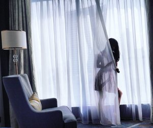 Don't you dare to try her. Girl behind the curtain.  Seems like horror thriller😅 #girl #curtain #woman #silhouette #room #sofa #sheraton #hotel #lamp #horror #drama #thriller #photooftheday #pictureoftheday #lifestyle #clozetteid