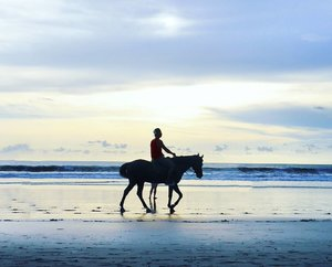 A horse with 6 legs 🦄 #sunset #horse #legs #pet #riding #horseriding #horses #animal #cuteanimal #beach #kuta #sea #sky #skyporn #silhouette #beachsand #kuta #bali #lifestyle #travel #traveling #traveler #traveller #trip #holiday #pesonaIndonesia #wonderfulindonesia #pictureoftheday #fairytale #photooftheday #clozetteid