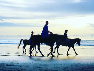 Aristocratic family walk...be like...🦄🐎 #sunset #horse #legs #pet #riding #horseriding #horses #animal #cuteanimal #beach #kuta #sea #sky #skyporn #silhouette #beachsand #kuta #bali #lifestyle #travel #traveling #traveler #traveller #trip #holiday #pesonaIndonesia #wonderfulindonesia #pictureoftheday #fairytale #photooftheday #clozetteid