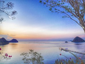 #BestofIndonesia Breathtaking Labuan Bajo sunset-twilight 🌇 view 😍  #pesonaIndonesia #sunset #twilight #view #LabuanBajo #Flores #NTT #Indonesia #wonderfulIndonesia #Travel #traveling #traveler #traveller #travelling #nature #naturelovers #tourism #beautiful #boat #trees #hill #photography #photooftheday #sky #skyporn #happynewyear #clozetteid #melengkapiIndonesia