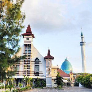 When mosque and church stand next to each other in peace ⛪🕌 It's common view in #Surabaya #Indonesia  Gereja Katolik Paroki Sakramen Mahakudus & Masjid Agung Nasional Al-Akbar Surabaya  Imagine all the people Living life in peace🎶  You may say I'm a dreamer But I'm not the only one I hope someday you'll join us And the world will be as one🎶  #mosque #church #masjid #gereja #peace #worldpeace #Ramadhan #epic #WonderfulIndonesia #PesonaIndonesia #imagine #johnlennon #song #sky #skyporn #lifestyle #religion #photooftheday #pictureoftheday #clozetteid