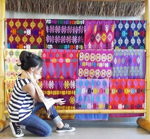 Lombok's songket! 😍😍It has various motifs and still use traditional Machine Tools. Prices range between 75 thousand to 8 millionSukarara village's the center. It's located 25 km by road from the city of Mataram. The village is very interesting to visit because of the daily activities of the people as songket artisans☺#songket #kain #sukarara #village #traditional #Lombok #pesonaIndonesia #wonderfulIndonesia #artisans #photooftheday #tourism #heritage #travel #traveler #travelling #traveling #ootd #ootdindo #ootdmagazine #converse #shoes #sneakers #stripes #jeans #liveinlevis #fashion #lifestyle #clozettteambassador #clozetteID @clozetteID