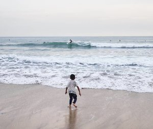 Today I'm just a spectator, tomorrow.. I beat him!💪 #life #spectator #lesson #learn #wave #surf #surfer #beach #sea #sunset #sky #skyporn #Bali #wonderfulIndonesia #pesonaIndonesia #children #photography #photooftheday #pictureoftheday #travel #traveling #traveler #holiday #clozetteid #clozetteambassador