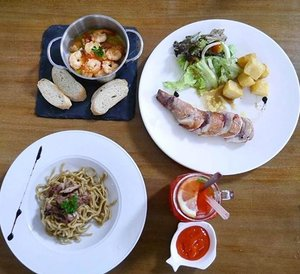 It's not only pretty looking dish, but pretty taste too! 😋👍 Garlic Butter Prawn, Stuffed Chicken with Bacon and Dates, garlic noodle, strawberry lemonade 😋👍 More review on my blog post: Restauran Hits, Gastromaquia, Bukan Hanya Menjamin Rasa! | Leonisecret.com http://bit.ly/2iTGliT or click link on my bio 👌😉 #lunch #dish #bacon #prawn #tapas #signature #menu #maincourse  #lemonade #lifestyle #spain #madrid #eat #beef #review #delicious #photooftheday #photography #culinary #kuliner #instafood #ClozetteID #foodism #foodgasm #food #foodporn #taste #food