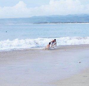 Some're afraid of the wave, and some see it as an opportunity.🌊 Santolo beach, Garut #PesonaGarut #PesonaIndonesia  3,5 jam/88 km dari Garut Kota. #Garut #beach #Santolobeach #pantaiSantolo #WonderfulIndonesia #wave #sea #nature #naturelovers #travel #WorldTravelIG #travelling #traveling #traveler #traveller #trip #clozetteid #clozetteambassador